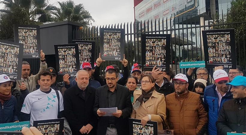 İşten çıkarılan gazeteciler, tazminatları için Hürriyet önünde eylem yapıyor!