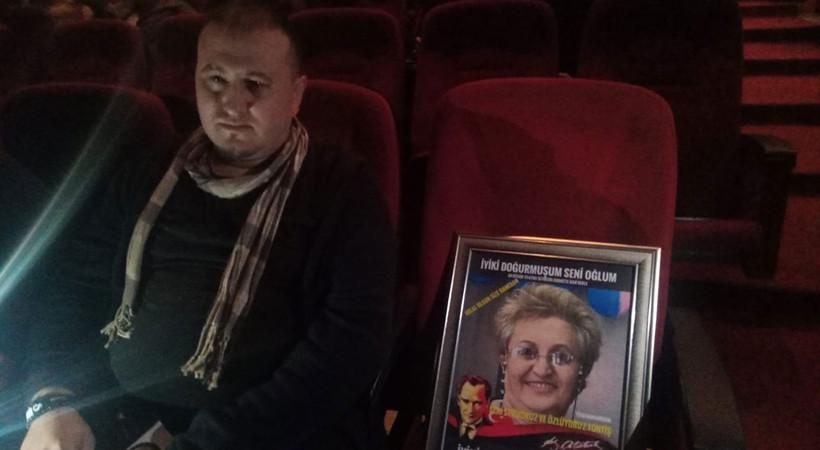 5 yıldır koltuğuna fotoğrafını koyarak annesinin anısını yaşatıyor