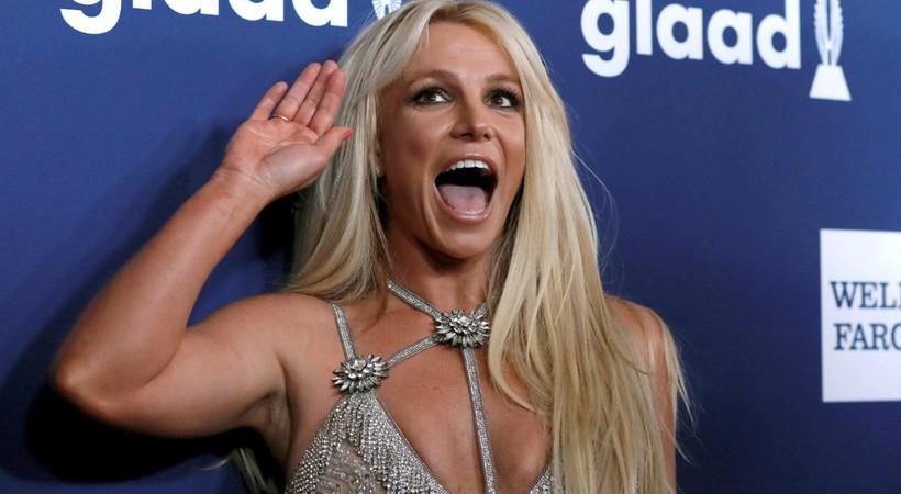 Dünyaca ünlü şarkıcı dans ederken ayağını kırdı