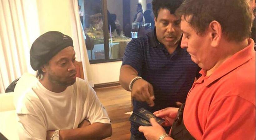 Dünyaca ünlü futbol yıldızı Ronaldinho Paraguay'da sahte pasaport nedeniyle gözaltına alındı