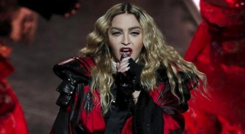 Eşcinsellerin haklarını savunan şarkıcıya ceza!