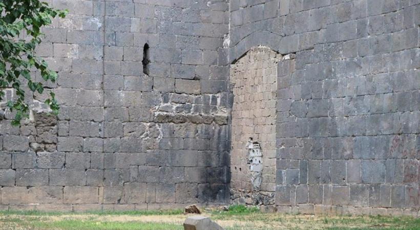5 bin yıllık Diyarbakır surlarının bir kapısı briket ile kapatıldı!
