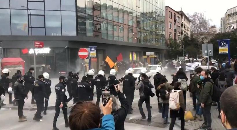 Boğaziçi'ne destek için Kadıköy'de toplananlara polis müdahalesi!