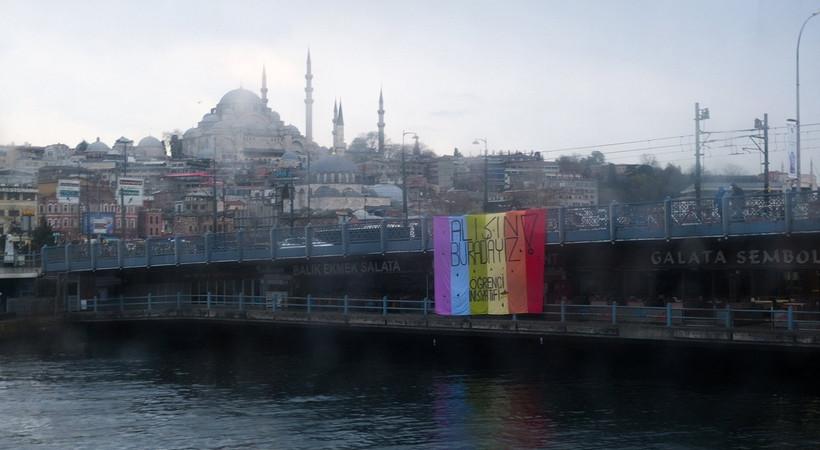 Galata Köprüsü'nde gökkuşağı bayrağı