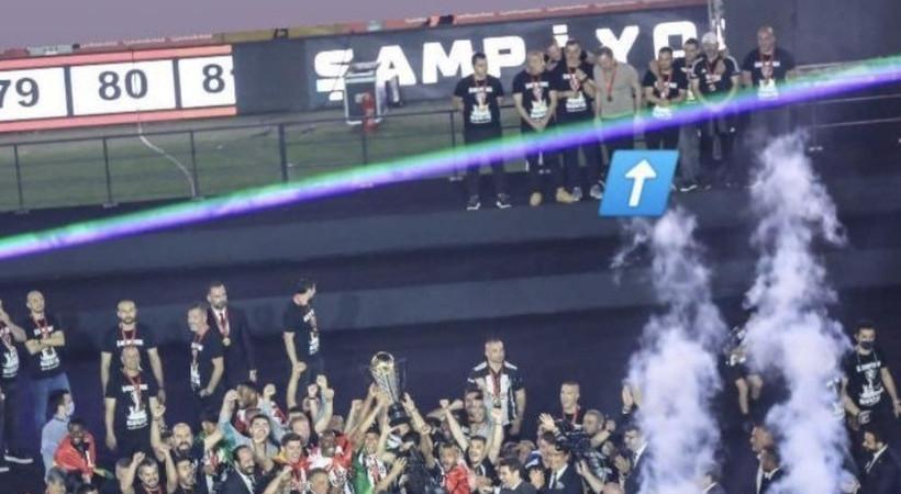 Sitemkar paylaşım... Beşiktaş'ın kupa töreninde dikkat çeken görüntü!