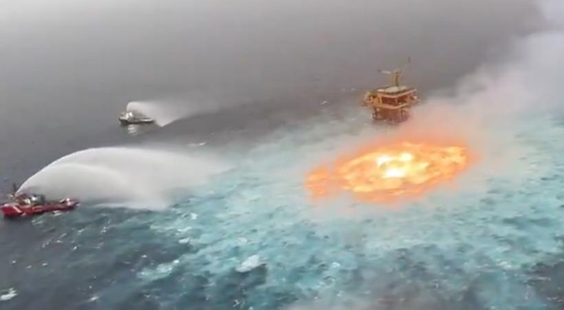 Meksika Körfezi'nde 78 metre derinlikte petrol boru hattında sabahın erken saatlerinde meydana gelen patlama nedeniyle yangın çıktı.
