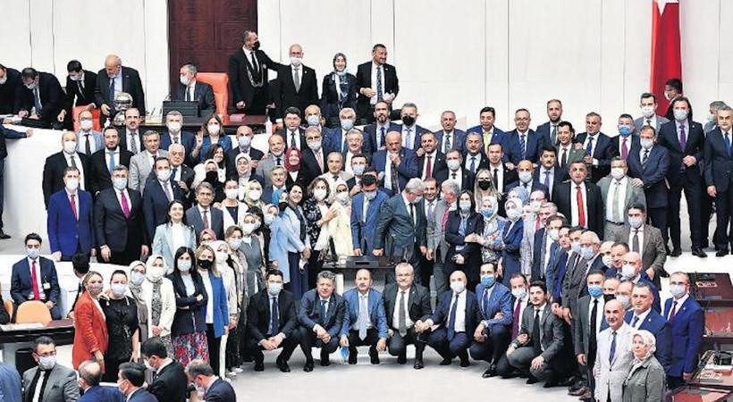 Milletvekilleri, Meclis'in tatile girmesiyle birlikte Genel Kurul salonunda topluca dönem sonu hatıra fotoğrafları çektirdi.