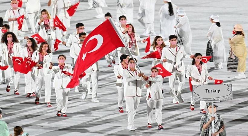 Tokyo Olimpiyatları'nda az önceki açılışta sporcularımızın giydiği kıyafetleri Cengiz Semercioğlu, Medyatava'ya değerlendirdi...