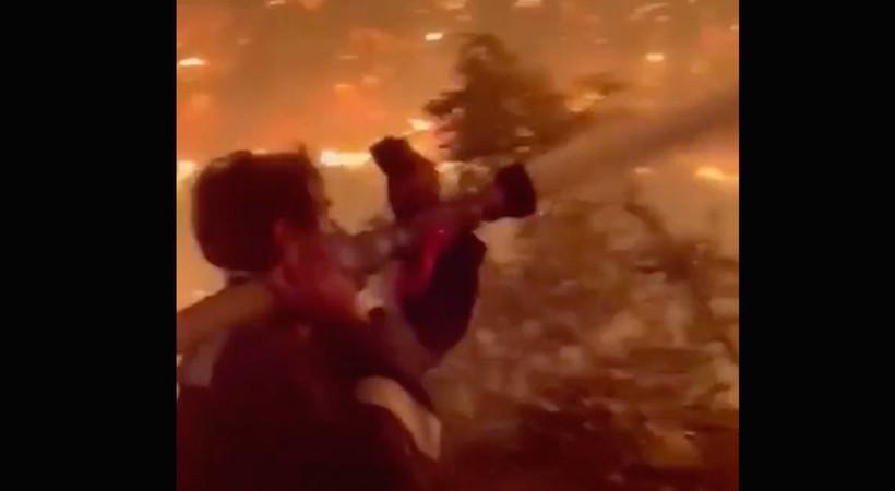 Ünlü oyuncu İbrahim Çelikkol, Ören'de itfaiye hortumunu omuzuna alarak en önde alevlerle mücadele etti...