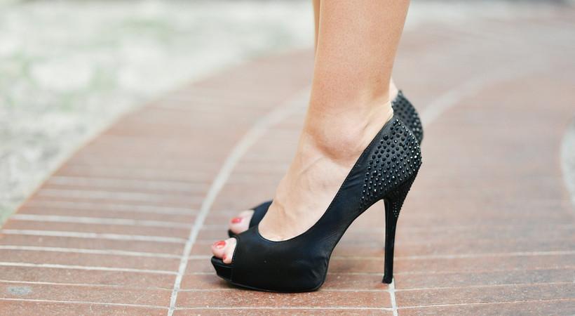Yüksek topuk giyen kadınlar ile sivri burunlu ve yüksek topuk giyen erkeklere halluks valgus uyarısı