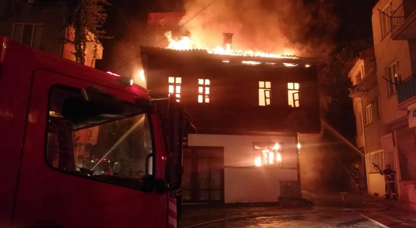Afyonkarahisar'da tarihi konak alev alev yandı