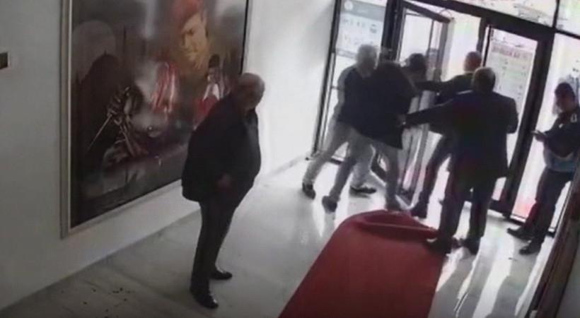 AK Partili belediye başkanı Fatih Ünsal, belediye binasında vatandaşı tekme tokat dövdü