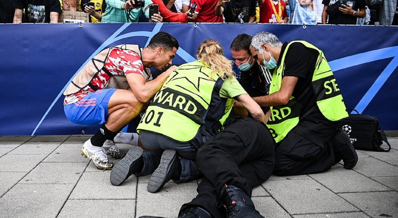 Ronaldo'nun şutu kadın güvenlik görevlisini bayılttı