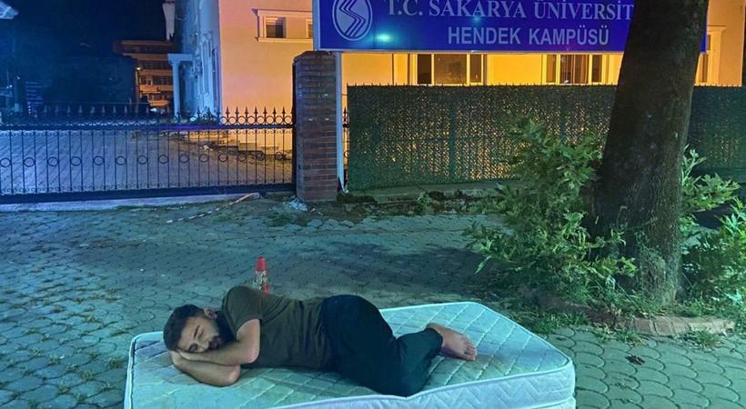 Sakarya Üniversitesi'nden bir öğrenci yüksek kiraları kampüste uyuyarak protesto etti