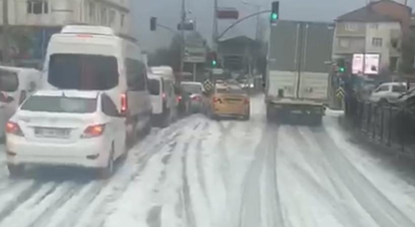 Tuzla'da yağmur sonrası caddeyi kaplayan köpük çevrede endişe yarattı.