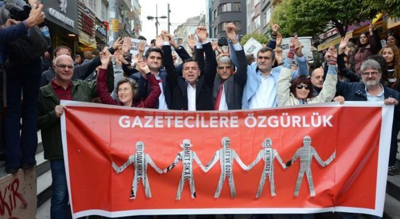 Yüzlerce kişi tutuklu gazeteciler için yürüdü!