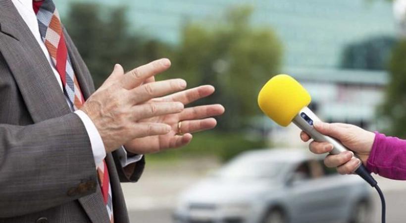 Engeller düşündürdü! Gazeteciler kararı protesto ediyor