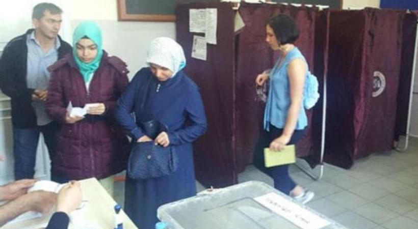 Zehra Çilingiroğlu oy zarfını sandığa atmayı unuttu, sosyal medyada gündem oldu!