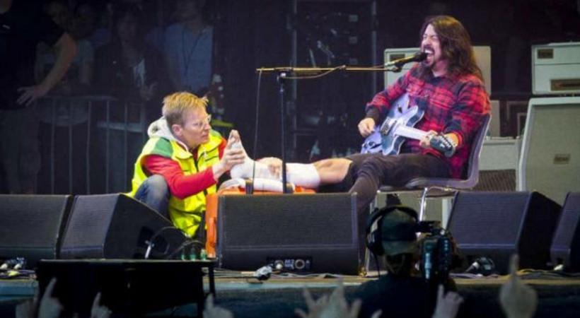 Sahneden düştü kırık ayakla konsere devam etti