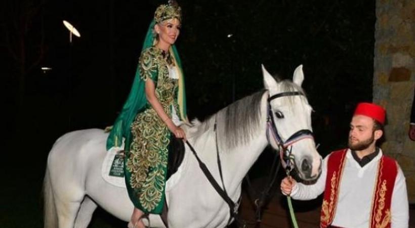 Ünlü oyuncu kına gecesine atla geldi!