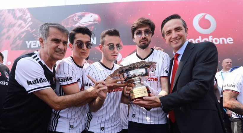 Vodafone Park'ın terasında şampiyonluk kutlaması