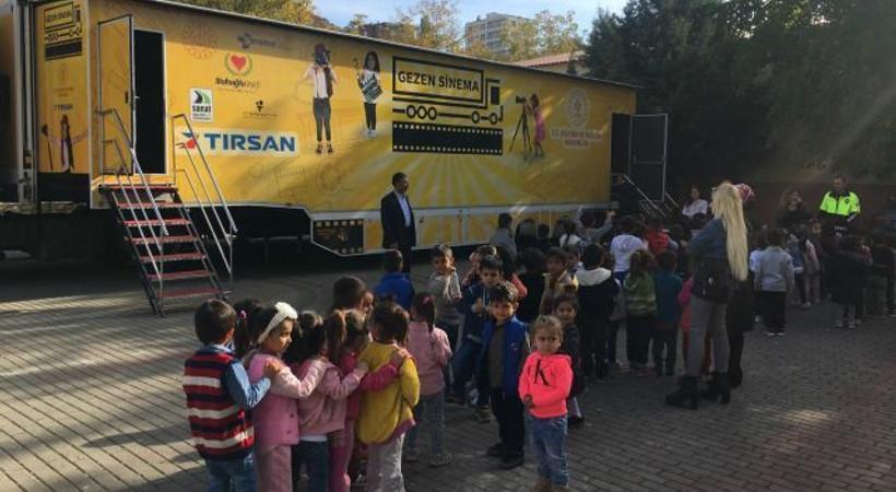 Siirtli çocuklar, Gezen Sinema Tırı'yla ilk kez sinema filmi izledi!