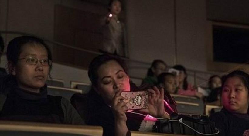 Tiyatroda telefon kullanan seyirciye ilginç önlem!