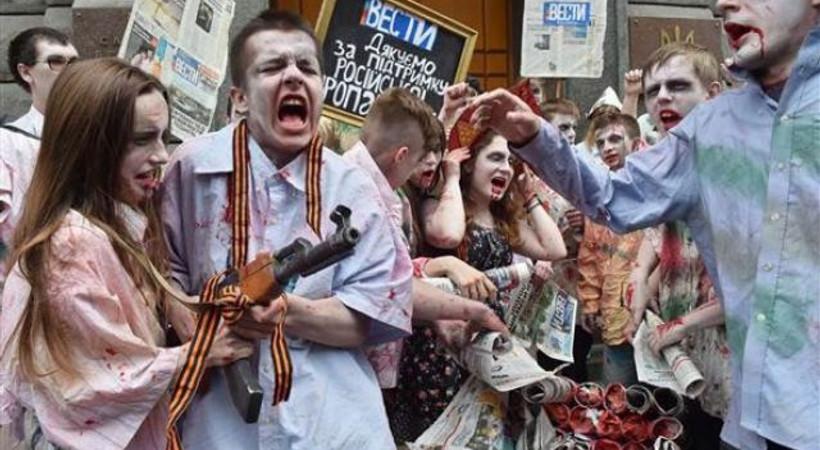 Gazeteyi zombi kılığında protesto ettiler!