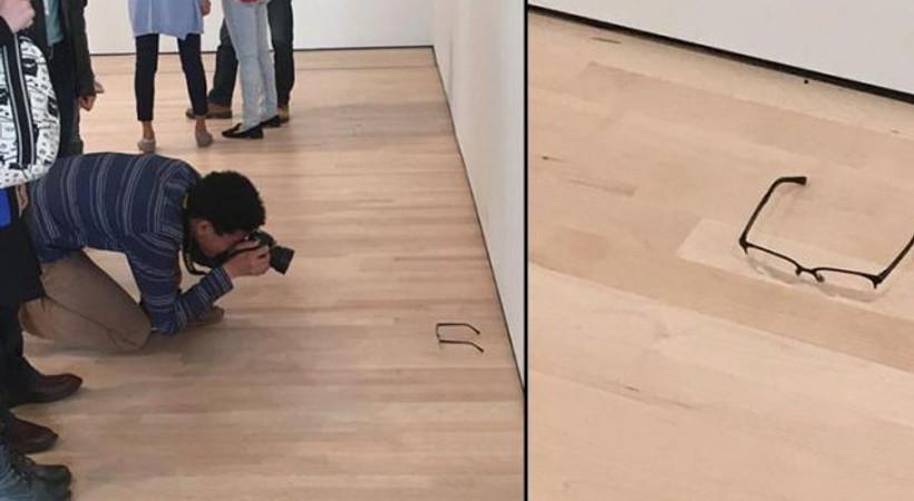 Müzede yere konulan gözlüğü 'sanat' sandılar!
