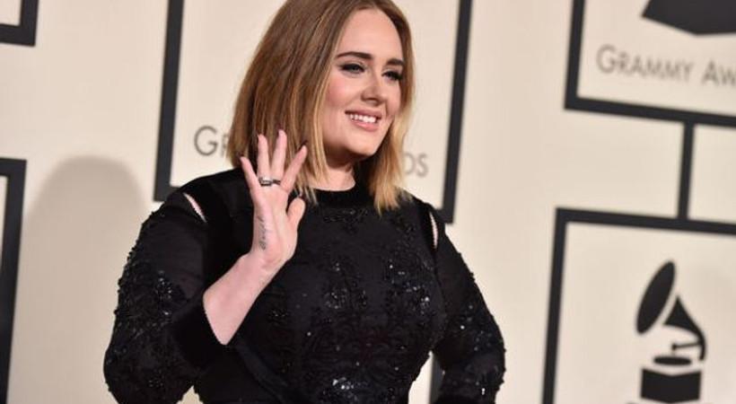 Ünlü şarkıcı Adele'den hayranlarını çok üzecek haber