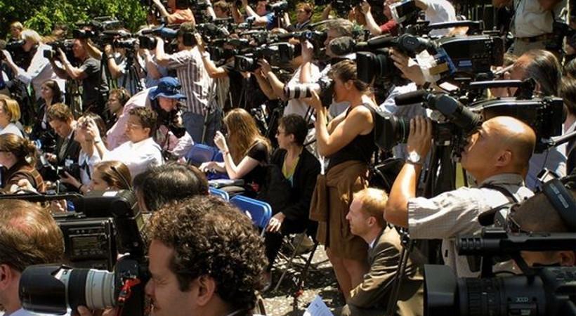 Bir grup gazeteci meslektaşları için sokakta
