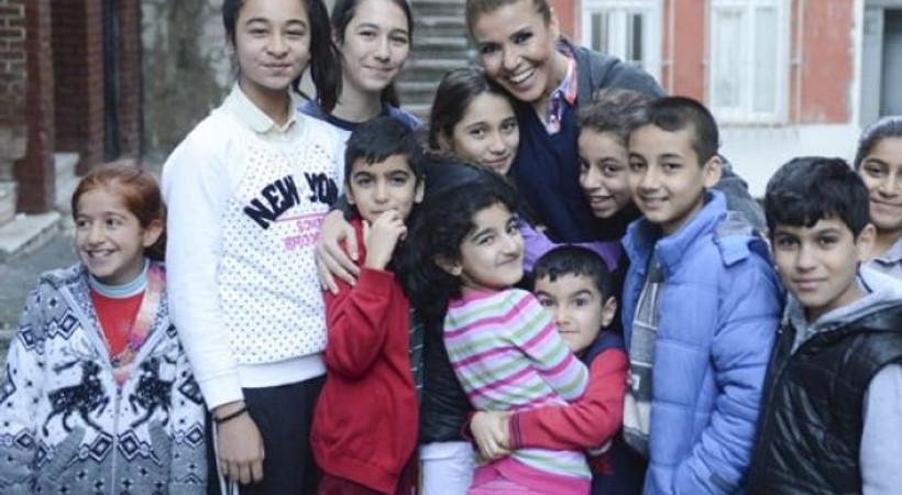 Köşe yazılarına başlıyor! Ünlü şarkıcı Hürriyet'le anlaştı!
