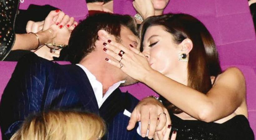 Kıvanç Tatlıtuğ'a eşinden öpücüklü kutlama