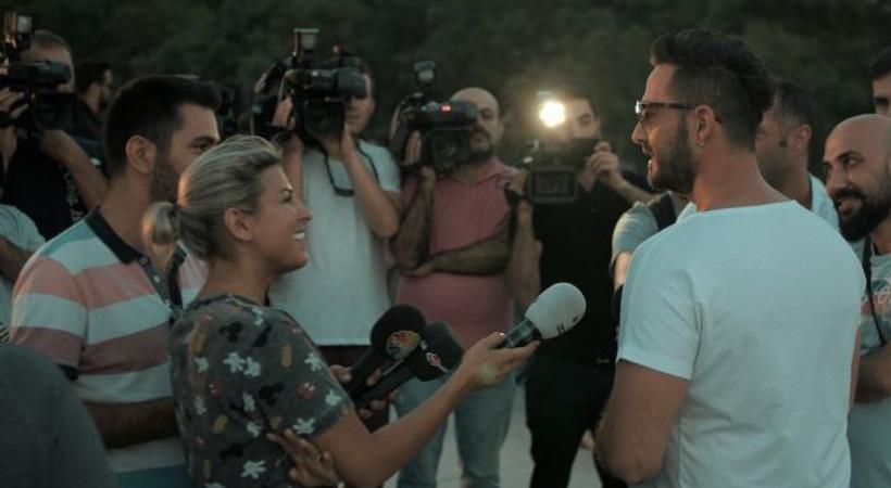 Klibinde muhabir ve kameramanları oynattı