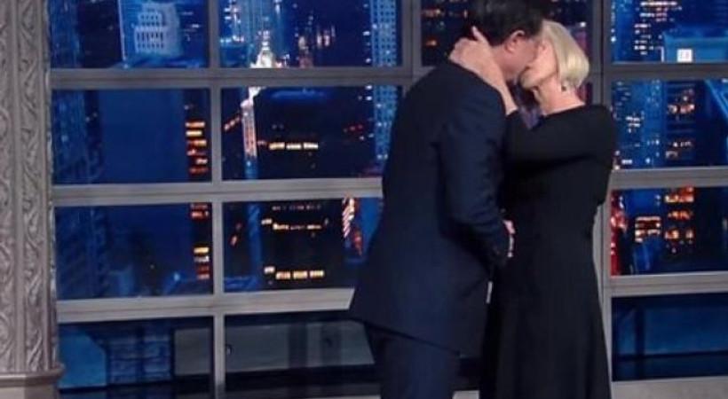 Canlı yayında konuktan sunucuya şaşırtan öpücük!