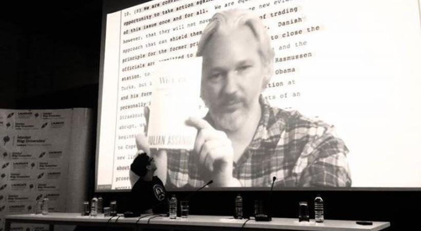 Beklenen konferansa Snowden yerine Assange katıldı