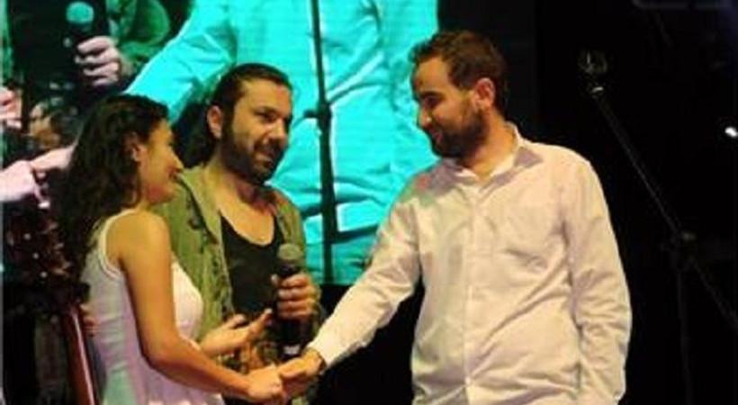 Gazeteciden konserde evlilik teklifi sürprizi!