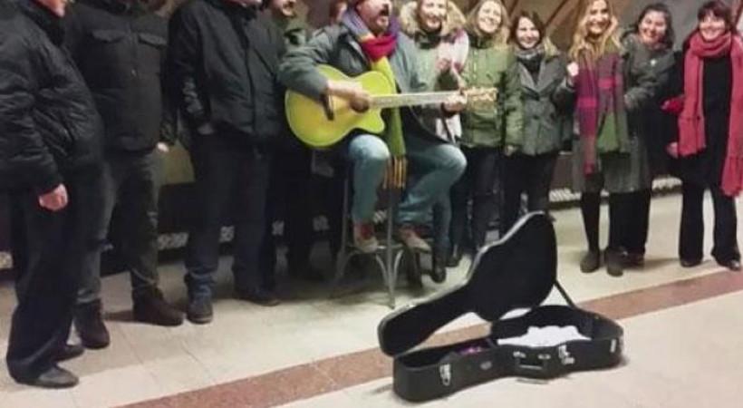 Çelik metroda şarkı söyledi! Ne kadar para kazandı?