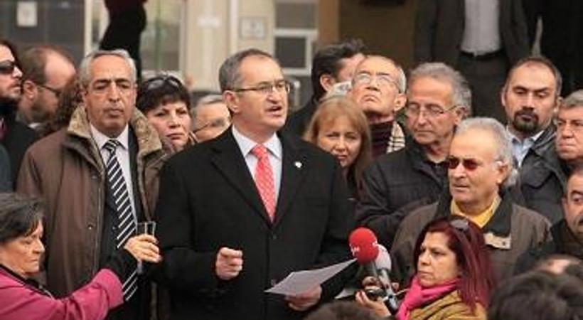 Gazetecilerden emniyet önünde ilginç protesto!