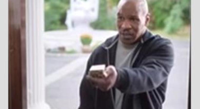Mike Tyson, kopardığı kulağı iade etti