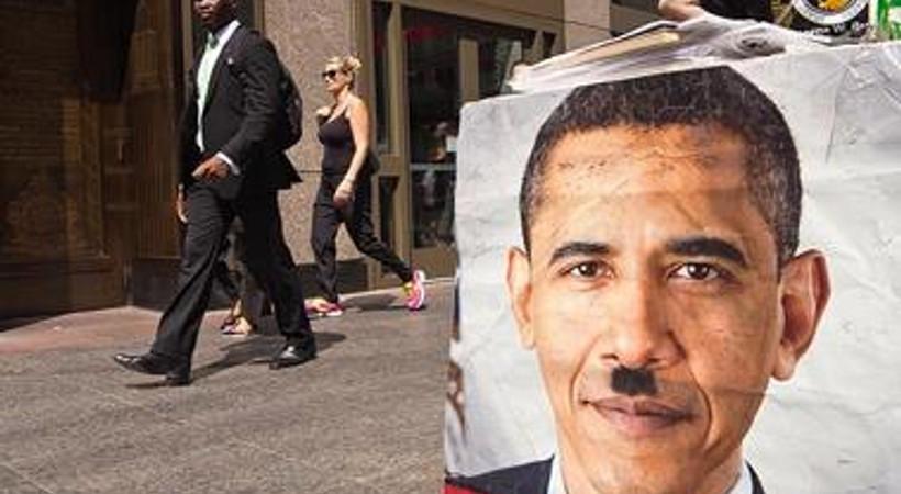 Obama'ya Hitler bıyıklı protesto