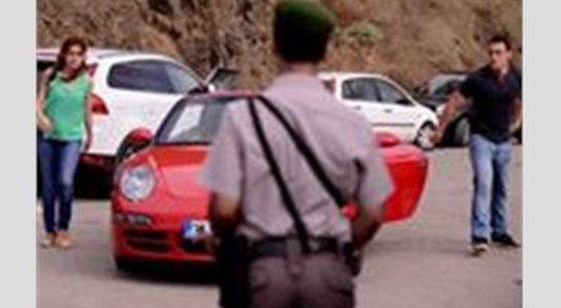 Polis dizilerdeki trafik ihlallerini izlemiş
