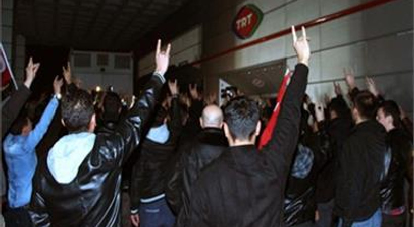 Spikerin sözlerine sinirlenen MHP'liler TRT binası önünde toplandı