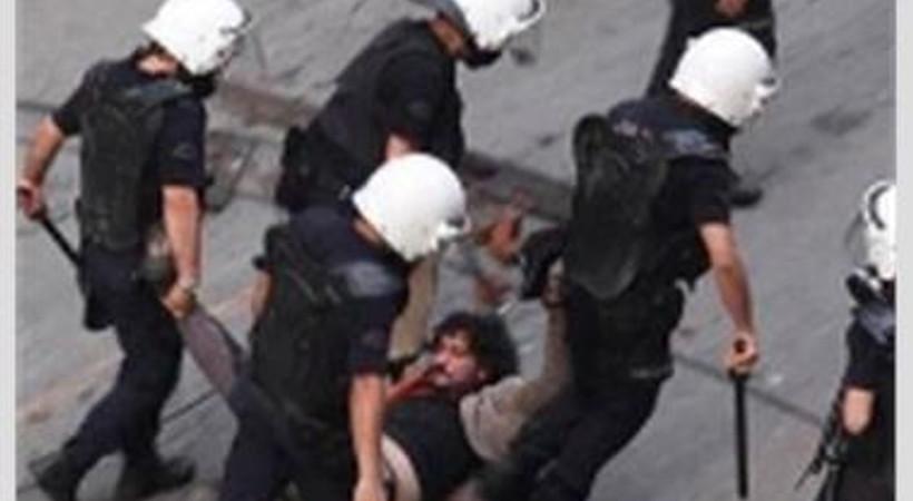 Sürüklenerek gözaltına alınan gazeteci için protesto!