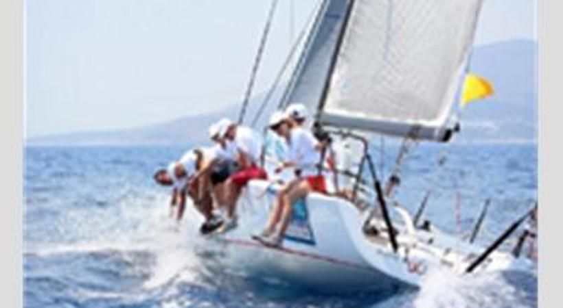 Ünlülerin kıyasıya yarıştığı yelken yarışında birincilik hangi ismin oldu?