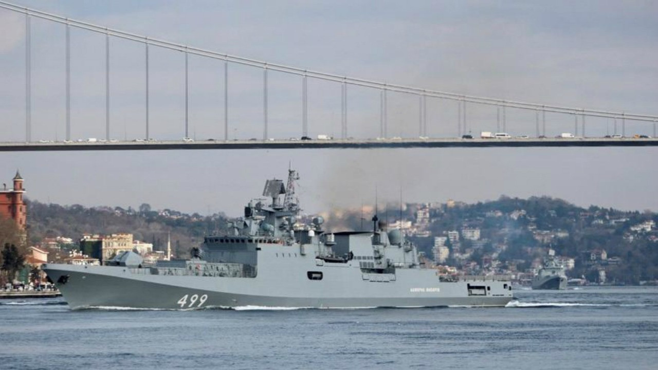 Rus fırkateyni İstanbul Boğazı'ndan geçti!