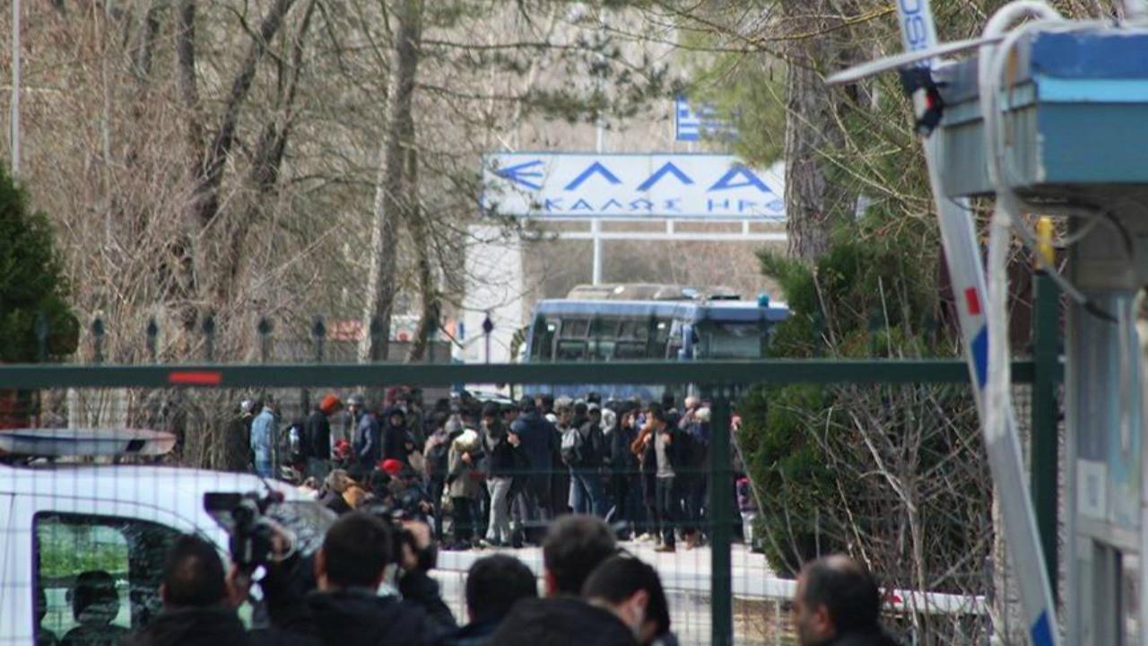 Yunanistan sınırını otobüsle kapattı!