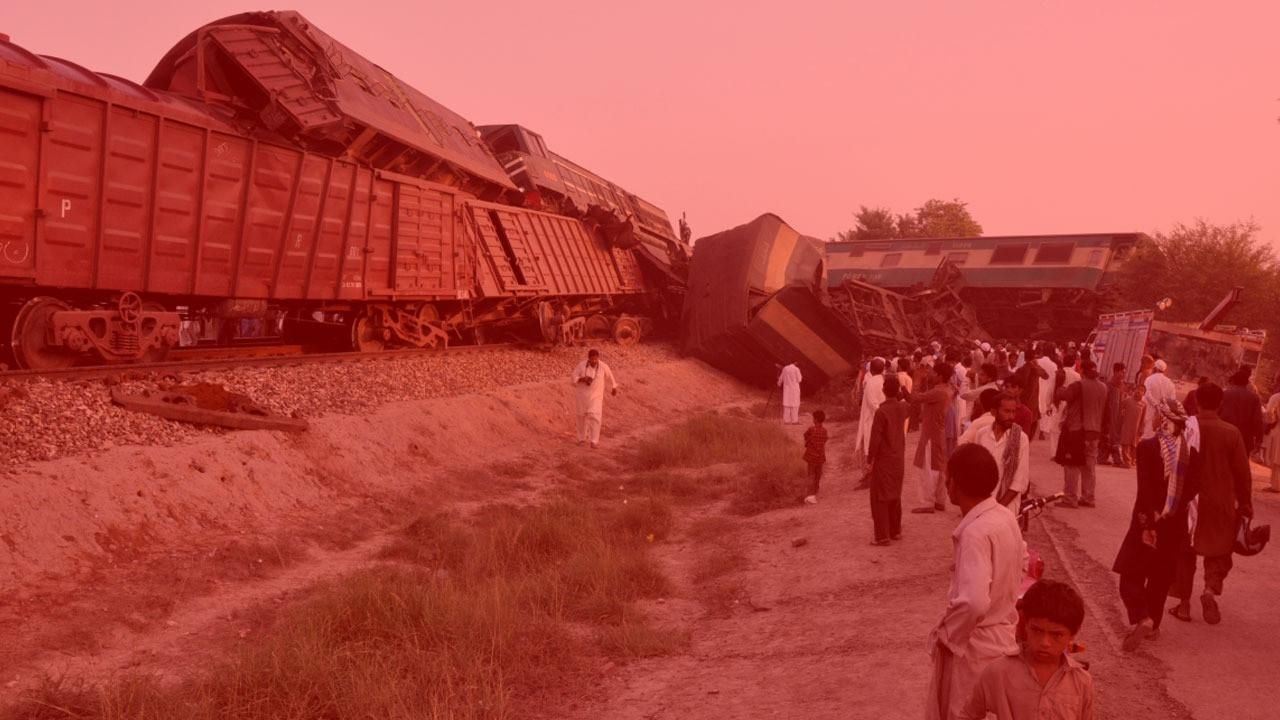 Pakistan'da tren ve otobüs çarpıştı, 18 kişi öldü 55 kişi yaralandı