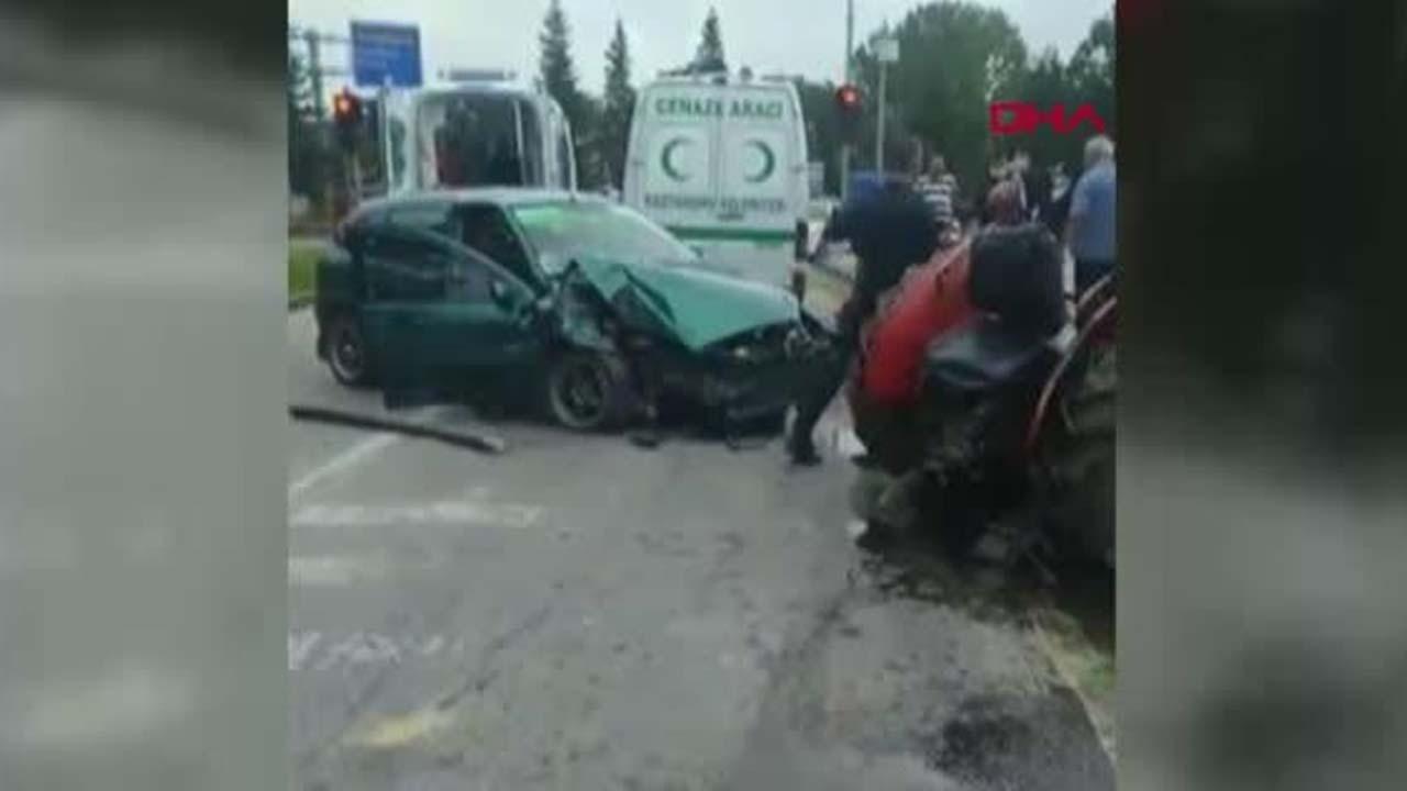 Kastamonu'nun Taşköprü ilçesinde, otomobilin çarptığı traktörün ikiye ayrıldığı kazada 3 kişi yaralandı