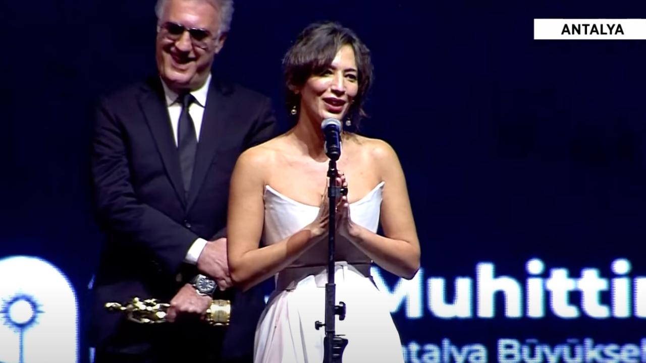 Altın Portakal'da ödül veren Tamer Karadağlı yaptığı hareketlerle tepki çekti!